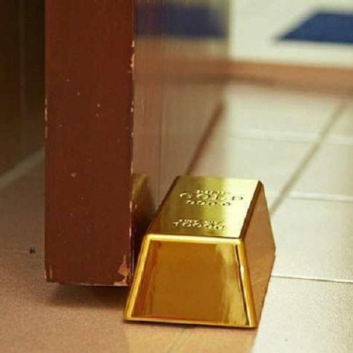 bloque porte lingot d 39 or stoppez votre porte comme un vrai riche. Black Bedroom Furniture Sets. Home Design Ideas