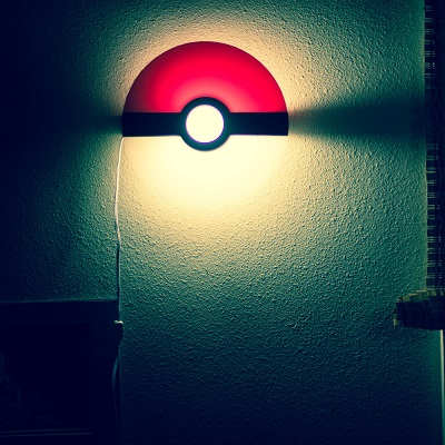 lampe murale pokeball des pokemon attraper la vite. Black Bedroom Furniture Sets. Home Design Ideas
